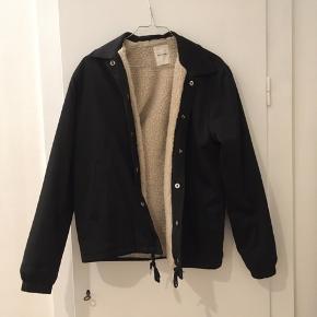 Fin jakke fra Wood Wood med inderlomme og for. Foret er lidt misfarvet i bunden af jakken, men er ikke noget man ser. Kan hentes på Østerbro eller sendes på købers regning