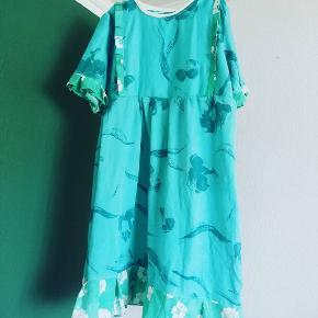 Kunne du tænke dig en kjole i stil med denne?   Jeg syer kjoler, og du kan blandt andet købe en som denne! Alt er genbrugs materiale, og derfor kan jeg ikke lave en nøjagtig magen til denne. Hit me up, så finder vi ud af materiale, mål og lignende 😇