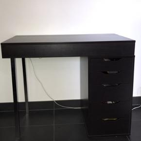 Næsten ikke brugt. Lækkert skrivebord fra ikea, godt til lektier og skolearbejdet. Giv et bud:))