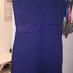 Marine blå kjole med mesh detaljer. H&M divided