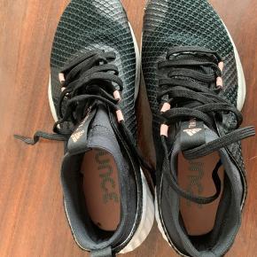 Nye Adidas bounce traning sko sælges.  Brugt 1 gang indendørs. Sælges grundet for lille størrelse desværre. Rigtig fede sko uden  mærker eller skader.  Størrelse: 37 1/3