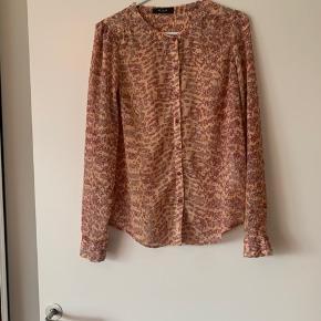 Super fin og feminin skjorte fra Vila. Fejler intet og har intet slid.