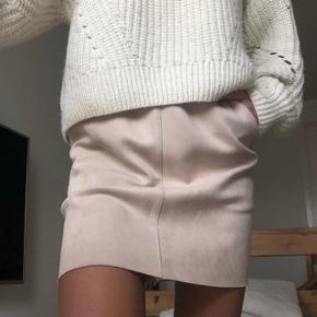 Virkelig fin nederdel i ruskind fra Neo noir i den fineste lyserøde farve str. S Jeg har desværre aldrig fået den brugt, så fremstår som ny Np. 300kr. Mp. 170kr. Uden fragt