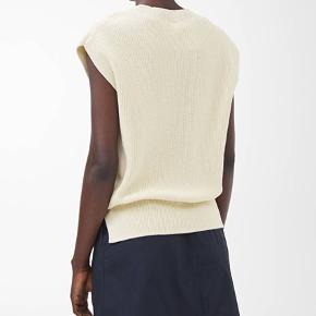 Fra deres hjemmeside:  Knitted from cotton in a loose half cardigan stitch, this top is an airy piece with a slightly dry hand feel.  A sleeveless design with a ribbed crew-neck, dropped shoulders and a straight fit.   ———————————————————————  Se mine andre annoncer!  ARKET, & Other Stories, Rodebjer, Samsøe & Samsøe, ARQ, Monki, H&M, Nike, Zara, Ray Ban, Won Hundred, ENVII, American Apparel