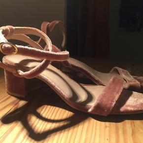 En fin sko med lav hæl. Brugt en enkelt gang og fremstår uden ridser eller lignende.