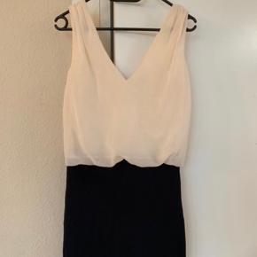 Fin kjole God men brugt Fremstår pæn og velholdt.  Jeg kan ikke passe den længere og derfor sælger jeg. Den sidder super flot på en str small ( jeg er str m/l på billedet)   Pris 50,- plus forsendelse og betaling til mobilepay