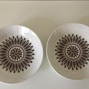 To flotte retro dybe tallerkener fra Biltons Staffordshire sælges. Sælges samlet til 50 kr. Diameter 20 cm og højde 4 cm. Jeg sender gerne ved betaling med MobilePay. Porto GLS 45 kr. Se også mine andre spændene annoncer🌸