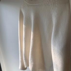 Super lækker strik, 70% uld 30% cashmere, virkelig behagelig at have på. Har ingen tegn på slid er derfor fuldstændig som ny🤍 BYD gerne, men går ikke under de 1300kr