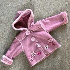 Minoti teddybear jakke med lynlås og knaplukning. Meget lang i ærmerne. Str.86