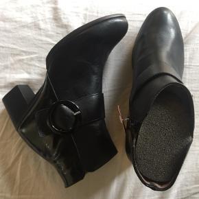 Fejler intet. Sort støvle med spænde og hæl