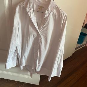 Super fin skjorte fra h&m trend, med store ærmer.  Den er oversize og passes af en 34/36   Mp 150 pp og evt ts gebyr. Jeg bygger ikke