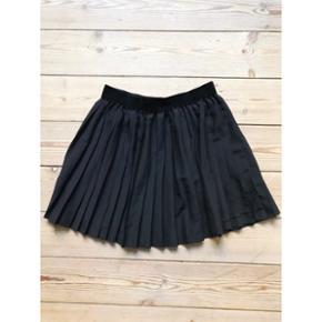 Pliseret nederdel i sort H&M  Str. 40