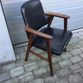 Fed teak lænestol med sort læder el nappa, kræver lille syning foran- fast pris