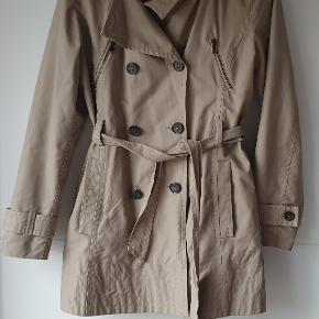 Lækker kvalitet og fine detaljer Næsten ny trenchcoat fra Inwear Np 1400