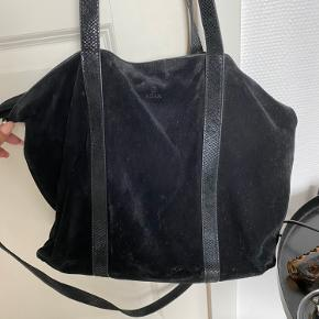 Sort ruskind, med lang aftagelig strop Brugt som skoletaske, derfor er der også en del brugstegn på stropper. 150kr inkl. fragt