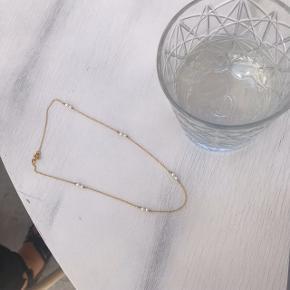 Håndlavet halskæde laves i 18 karat forgyldt 925 Sterling sølv eller ren 925 Sterling sølv. Kan laves i en eller flere farver efter ønske, du er velkommen til at skrive for flere spørgsmål. Boks kan tilkøbes for 15 kr ekstra. Simpel og enkel choker eller kortere halskæde kan justeres.