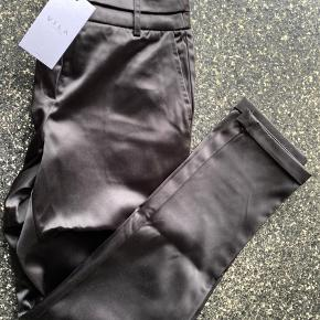 Satin bukser fra VILA, de er aldrig brugt og prismærket sidder stadig i☺️
