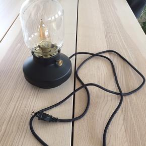 Sælger denne forholdvis nye IKEA Tärnaby bordlampe. Brugt meget lidt og har derfor ingen brugspor. Sælges med pærer. Kan afhentes i Horsens C.