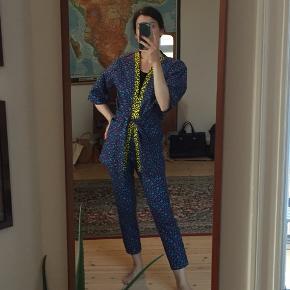 Skræddersyet sæt fra Nigeria lavet i ægte ankara waxprint stof. Kimono med bælte og højtaljede stumpbukser. Lynlåslukning og knap i siden. Passer str. XS/S.  Bukser måler 66 cm i taljen.
