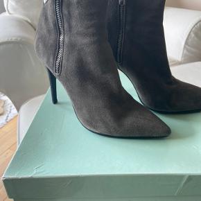 """Super elegant og stadig lidt """"rå"""" støvlet med den kendte gode pasform som Apair er kendt for. Hælhøjde 10 cm - nye såler og hæle. Perfekt her til overgangen - virkelig komfortable 😊"""