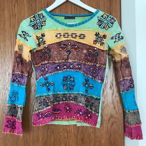 """""""Hippieagtig"""" bluse i bomuld og batik, som er brugt meget lidt. Størrelsen er S. Mærket hedder """"Natural Flow"""". Den er lidt for lille til mig, så bed ikke om at se den på. :-)"""
