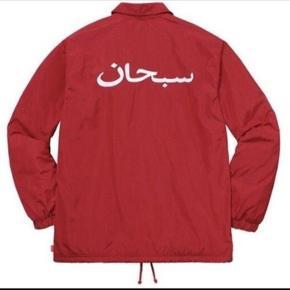 supreme arabic logo jacket - red  Jakken er fra 2017  det er en jakke til foråret og efteråret, så den passer godt til vejret lige p.t  Jakken er ubrugt, ligger stadig i posen - jeg har kvitting  Den er str L og passer en på 175 til 183 cm  den koster 1400 kr for ny   Tag den for 900 kr plus fragt  -------------------------------------------Søger også trades i form af Off white, Gucci og Louis Vuitton