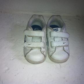 Varetype: Nike gummiskoFarve: Hvid Oprindelig købspris: 300 kr.  Super lækker sneaker fra Nike i hvid skind med mørkeblå logo til de små drenge! Skoen lukkes med 2 velcroremme og har fleksibel gummisål.