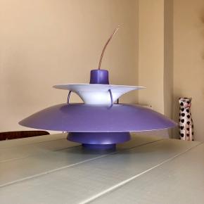 En ældre PH5 lampe i lilla - den har brugtspor, også derfor den sælges til denne pris. Ellers er den fin og virker som den skal.   Kan hentes på Frederiksberg ✨✨
