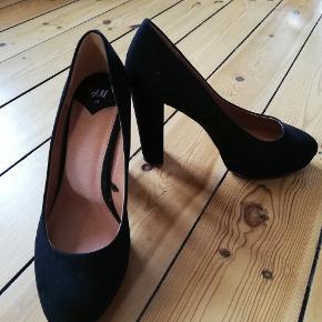 Nye sorte sko. Højde på hælen er ca. 10 cm. Super fine i blødt stof (vist imiteret ruskind). Aldrig brugt. Byd gerne 😊 (jeg sender også gerne flere billeder)