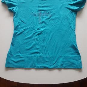 Blå-turkis bluse fra Valentino i str. 42  Valentino blå-turkis T-shirts/bluse med en flotte detaljer, bla. tryk på forsiden.  Dejlig kraftig blødt materiale Str. L  #Secondchancesummer