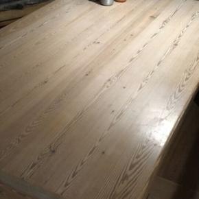 Varetype: Bord Størrelse: 150cm x 90cm Farve: Hvidolieret NB! Sendes ikke!  Hvidolieret, massivt sofabord i god stand. Har et lille hak ved kanten på den ene langside.  Kom med et bud!