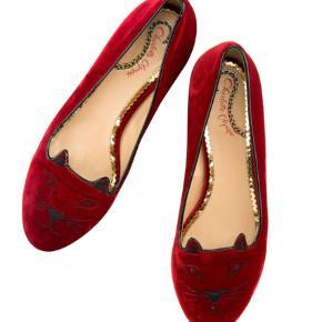 Kitty flats.  Fede sko med lille hæl fra Charlotte Olympia i rød velour med katteansigt. I den fineste æske.   Andet Farve: Rød Oprindelig købspris: 3000 kr.