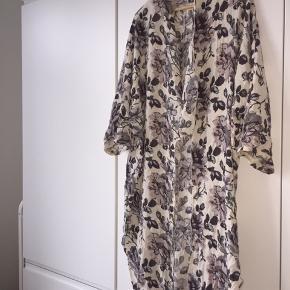 Meget smuk kimono fra Ganni. Kun brugt få gange og i virkelig god stand!