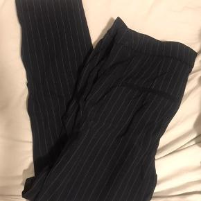 Pin-striped bukser fra H&M str 34. Brugt få gange fejler intet