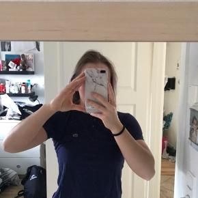 Lacoste t-shirt Mørkeblå Str Xs  Den er brugt før, men der er ingen tegn på slid. ☺️