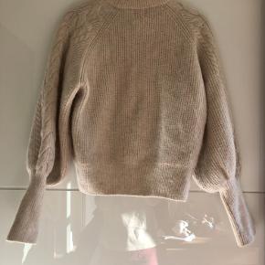 Alpakka uld sweater med ballonærmer i kabelstrik fra sidste vinter. Helt fantastisk, har blot for mange i samme stil.