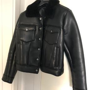 Super cool jakke købt af Freja Wewer til et marked. Desværre ikke helt perfekt i længden til mine 180 cm, da den er lidt cropped, Bytter gerne