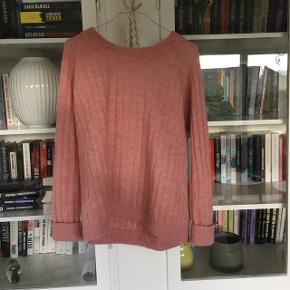 Fin lyserød enviisweater - er et par år gammel, men næsten ikke brugt, så fremstår  i god stand🌸 Sælges billigt