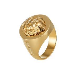 Sælger den her fine ring fra Versace. Den er aldrig brugt før. Ringen er gold-coloured. Det er en str M som måler en str 1.97 i cm  Skriv vis du er interesseret (: