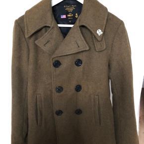 Lækker jakke i ren uld. Jakken er kort og smal i modellen.