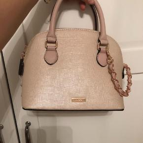 Varetype: Clutch Størrelse: Small Farve: Creme Oprindelig købspris: 460 kr.  Its a super cute bag from Aldo. If you dont want to pay for the shipping costs, you can always come to the store adres I give you and pick it up there :-)