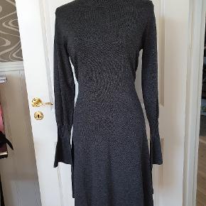 Mega lækker kjole fra Inwear, som desværre er for stor. Dejlig blød og behagelig med stræk, og så er de ærmer bare for fede!