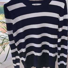 Sød bluse med guld detaljer fra Zara. Blusen er brugt, men er ikke slidt . Fitter både S & M.  Blusen består af 83% viskose, 15% nylon & 2% elastan.  - Røgfrit & dyrefrit hjem - Køber betaler fragt - Bytter ikke  Spørg endelig for flere informationer eller billeder😇