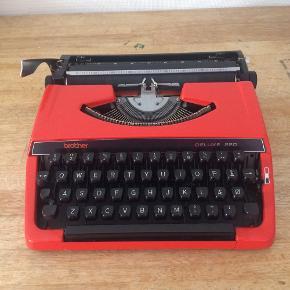 Rød og sort skrivemaskine fra Brother. Sælger den da den ellers bare står og samler støv hjemme hos mig ✨   Købt på et loppemarked i Ebeltoft.