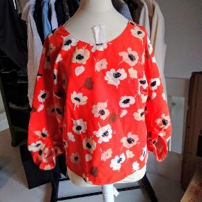 Smuk bluse med blomster print fra Zara. Åben/dyb ryg med knapper.   Passer XS-S 😊