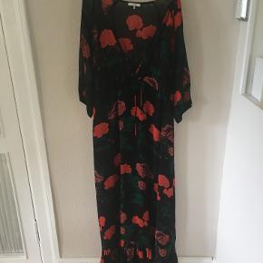 Smukkeste sorte kjole med blomsterprint fra Ganni i str 40/L. Brugt 2 gange. Brystmål: ca. 2x50 cm, længde: ca 150 cm. Bytter ikke. Sælges for 850 kr inkl porto. Se også mine andre annoncer!!!