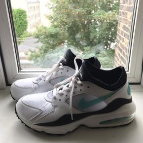 Skoene er brugt få gange og viser kun få tegn på brug. Koster 1200,- fra ny Kom med et bud:))  Skriv endelig for flere billeder eller spørgsmål:))