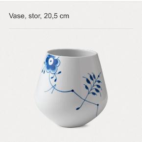 Royal Copenhagen Mega Mussel vase (den store)  Sælges, da jeg ikke får den brugt.  Den har været brugt få gange og ellers stået til pynt. Ingen brugssyn.  Brudgaranti er udløbet da den er 4 år gammel. Nypris: 999 kr   Sender ikke