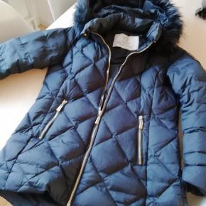Flot vinterjakke i mørkeblå, fra mærket Chiara forthi. Købt på bubbleroom i december 2018. Nypris var 1499kr, tænker derfor 500kr nu eller kom med realistisk bud.