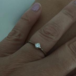 Ring med diamant. 0,17 ct den er 14 kt hvidguld. Ring og sten er syretestet hos perlen i Odense. Ny pris 7675,- sælges da jeg har fået en anden.